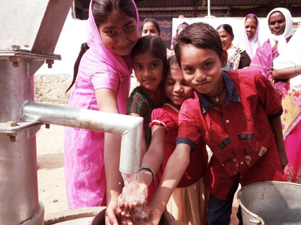 India children clean water